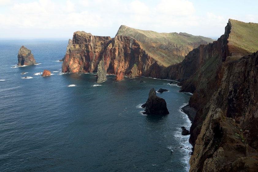 Felsformationen aus erstarrter Lava vor Ponta de Sao Lourenco