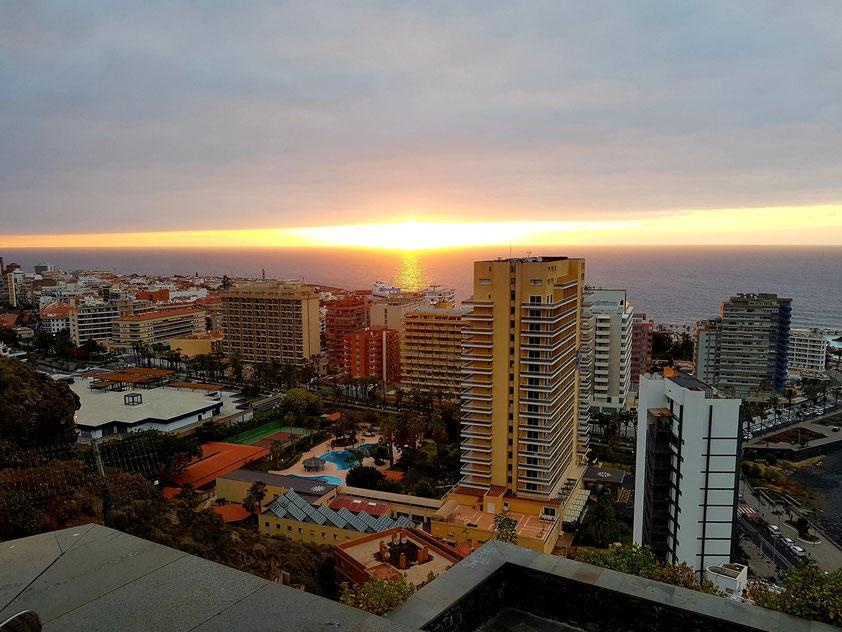 Blick vom Mirador La Paz auf Puerto de la Cruz bei Sonnenuntergang