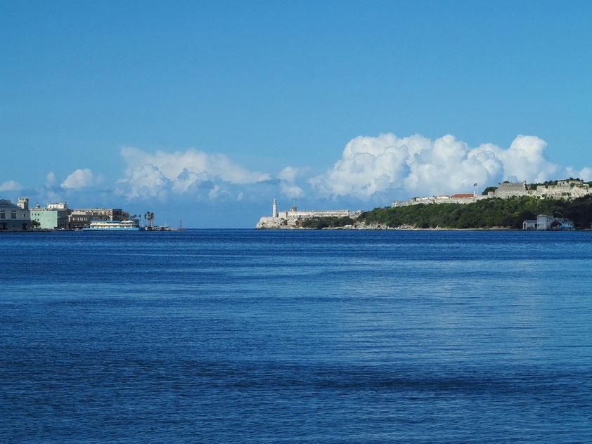 Hafeneinfahrt von Havanna,. Festung El Morro mit Leuchtturm und Festung San Carlos de la Cabaña