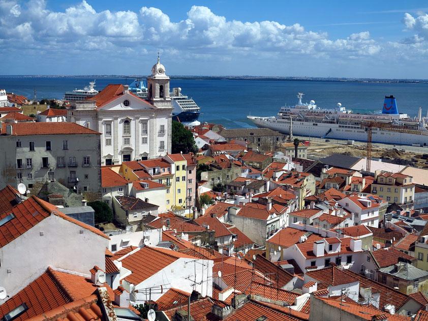 Stadtteil Alfama, Blick vom Miradouro de Santa Luzia nach Ost-Nordosten mit der Igreja de Santo Estêvão und zum Kai der Kreuzfahrtschiffe