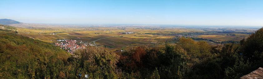 Panoramablick von der Madenburg zur Südlichen Weinstraße mit der Ortschaft Eschbach und in die Rheinebene