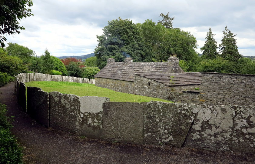 Bunratty Folkpark. Das North-Clare-Bauernhaus spiegelt den Baustil und die Materialien der felsigen Gegend von Moher wider.