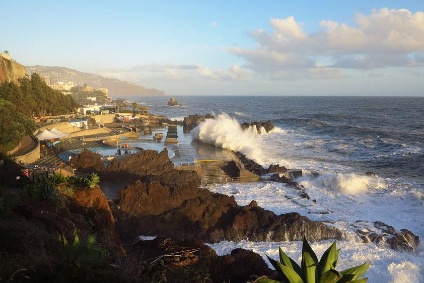 Nach dem Sturm am 11. 12. 2014. Lido der Hotelzone von Funchal, Meerwasserschwimmbecken