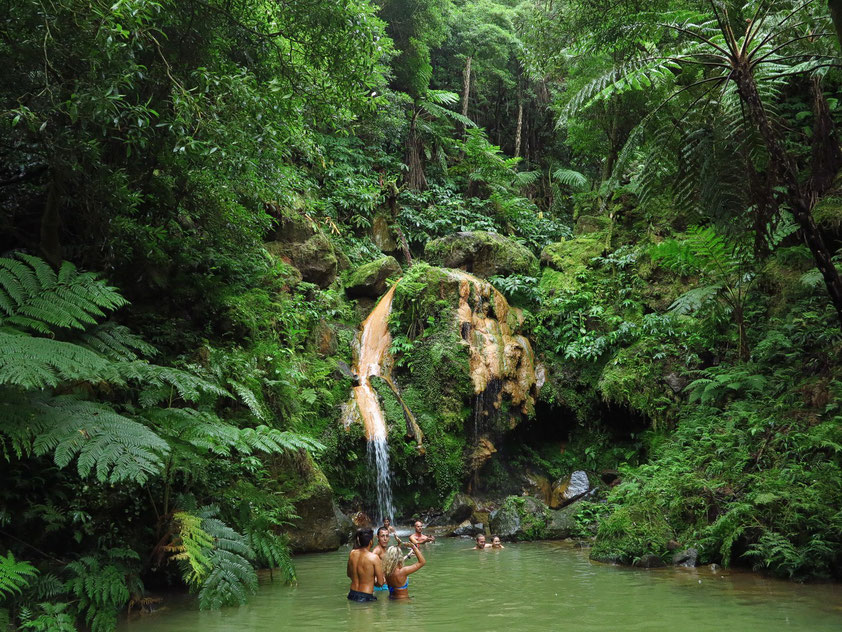 Caldeira Velha, Wasserfall mit eisenhaltigem warmem Wasser am nördlichen Abhang des Vulkans Vulcão do Fogo.