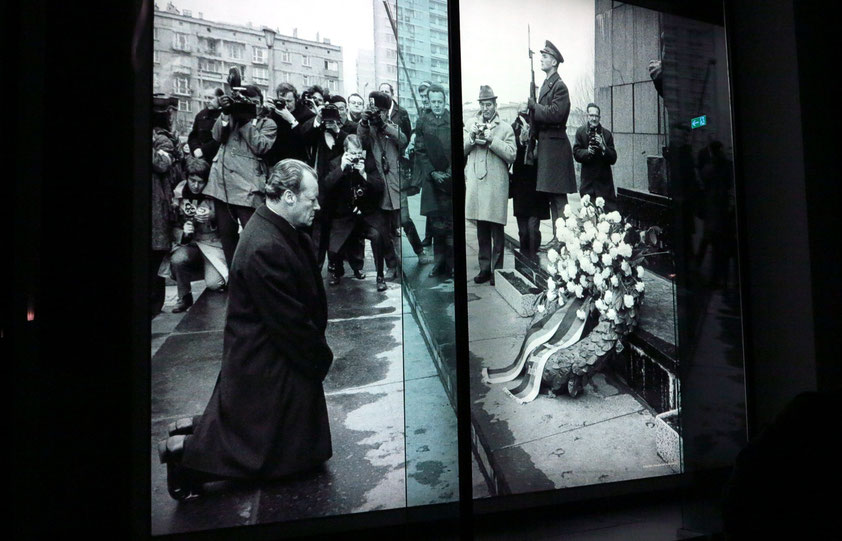 Willy Brandts Kniefall von Warschau am 7. Dezember 1970. Demutsgeste und Symbol der Bitte um Vergebung für die deutschen Verbrechen des Zweiten Weltkriegs (Bundeskanzler-Willy-Brandt-Stiftung / Forum Willy Brandt Berlin, Unter den Linden 62-68)