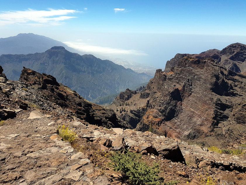 Blick vom Roque de los Muchachos in die Caldera de Taburiente, im Hintergrund links die knapp 2000 m hohe Cumbre Vieja