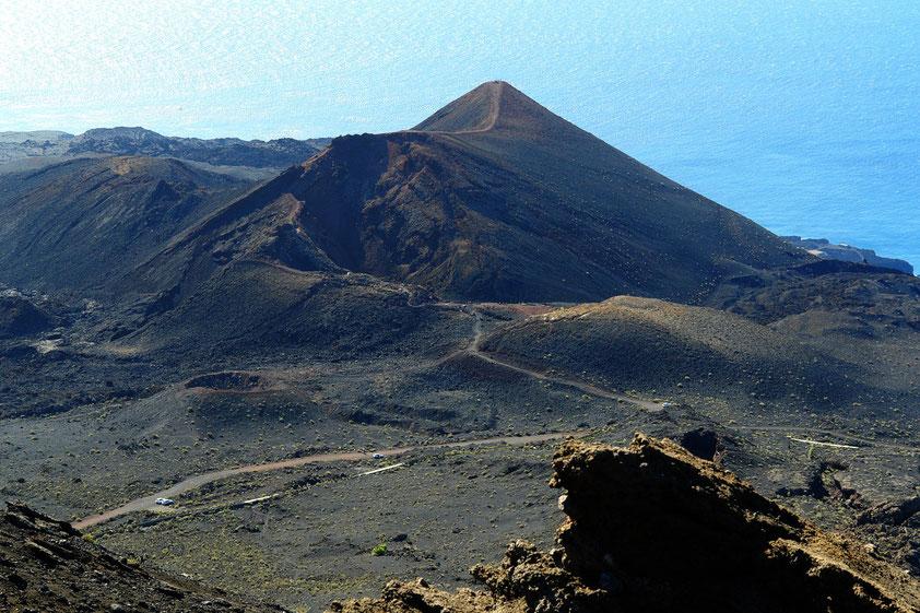 Fuencaliente. Blick vom Vulkan San Antonio auf den Vulkan Teneguía (439 m). Letzte Ausbrüche vom 26. 10. bis 18. 11. 1971  (Aufnahme von 2006)