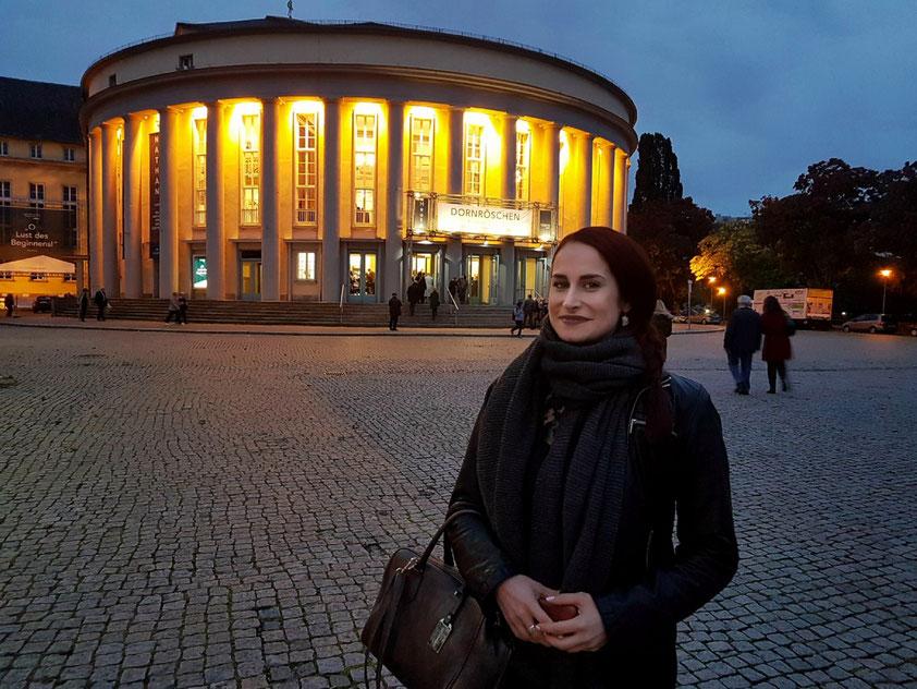 """Tanja vor dem Saarländischen Staatstheater Saarbrücken (Ballett """"Dornröschen"""" von Peter Tschaikowsky in der Choreographie von Stijn Celis)"""