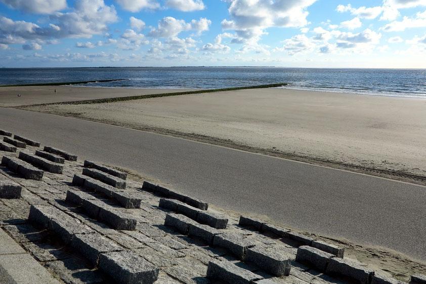 Nordstrand von Norderney bei Niedrigwasser; Buhnen und Wellenbrecher aus Granitsteinen