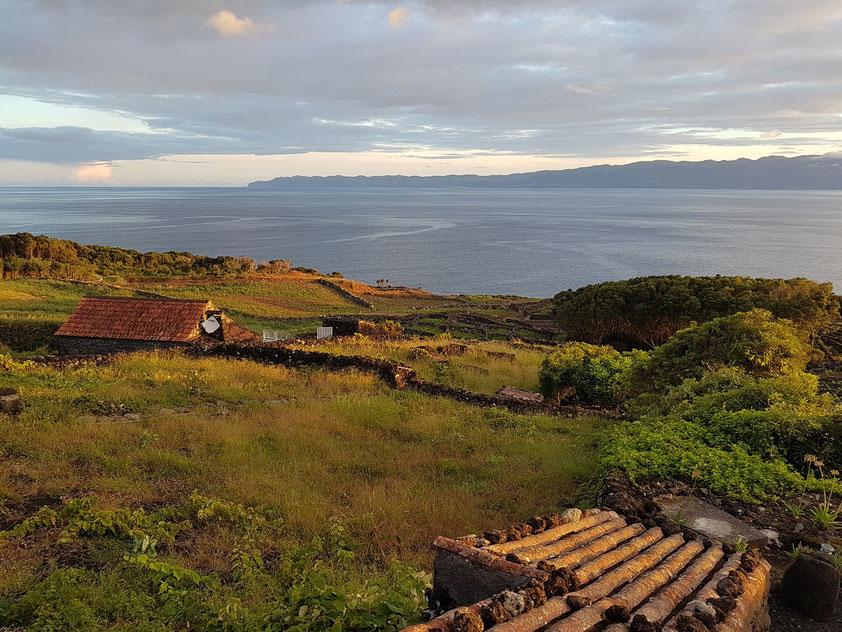 Blick aus unserem Schlafzimmer der Casa da Vinha, am Horizont die Insel São Jorge