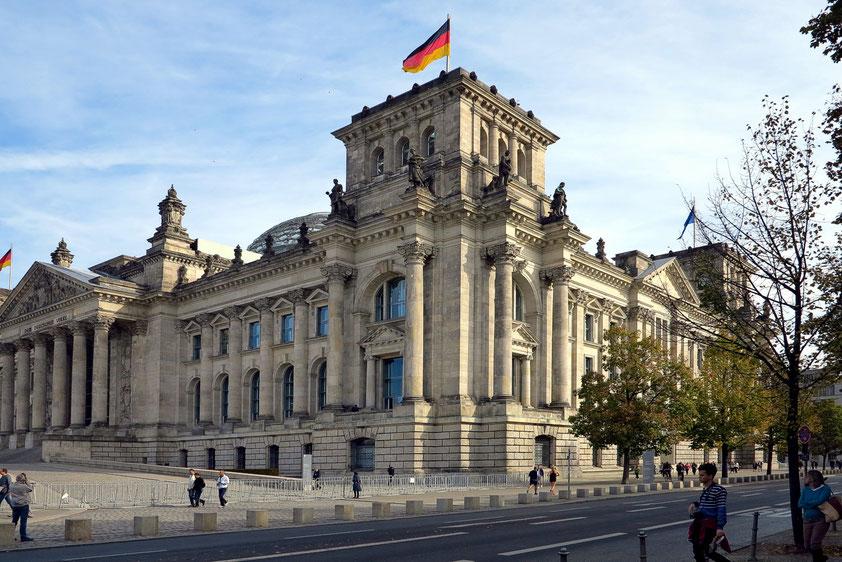 Das Reichstagsgebäude (1884 - 1894) am Platz der Republik in Berlin ist seit 1999 Sitz des Deutschen Bundestages.