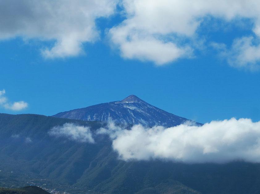 Pico del Teide, mit 3 718 m der höchste Berg der Kanarischen Inseln und Spaniens, Blick vom Dach des Hotels Marquesa in Puerto de la Cruz