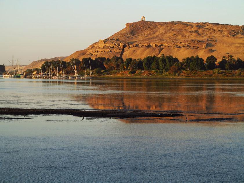 Abo Elhawa, höchster Punkt des Westufers von Assuan, mit einem Scheich-Grab. Blick aus meiner Kabine 328 der Solaris II bei Sonnenaufgang