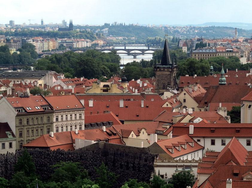 Blick von der Prager Burg nach SSO zur Kleinseite und zur Moldau mit Moldaubrücken