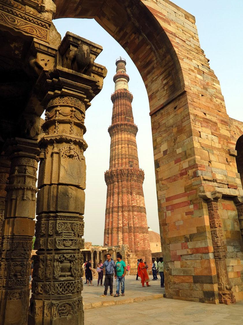 Qutb Minar ist ein fünfgeschossiger Turmbau (Siegessäule der islamischen Herrschaft) aus rotem – teilweise auch hellem – Sandstein mit einer Höhe von 72,30 m, 1368 vollendet. Qutb-ud-Din-Aikab errichtete 1193 seine neue Hauptstadt.