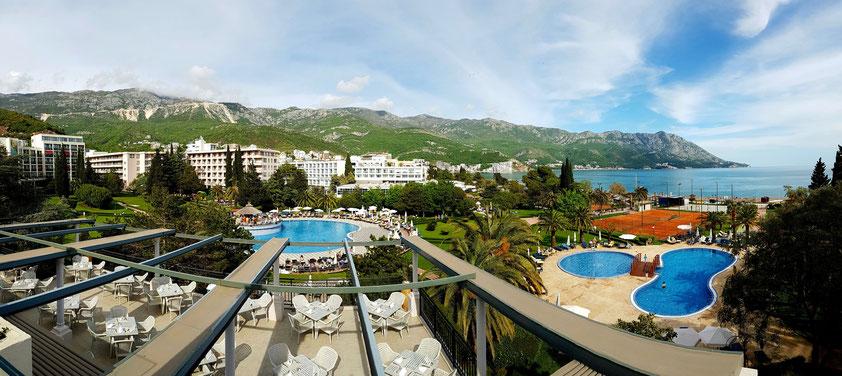 Panoramaaufnahme der Hotelanlage Iberostar Bellevue in Budva Bečići, Blick vom 4. Stock
