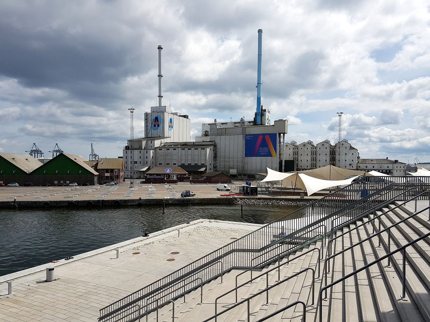 Blick vom DOKK 1 auf die Hafenindustrie