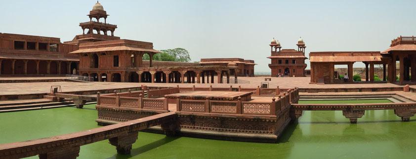 Die frühere Hauptstadt des Mogulreiches unter Großmogul Akbar (1542–1605) wurde zwischen 1569 und 1574 erbaut. Tansen Charbutra, Diwan-i-Khas (im Hintergrund) und Panch Mahal (links)