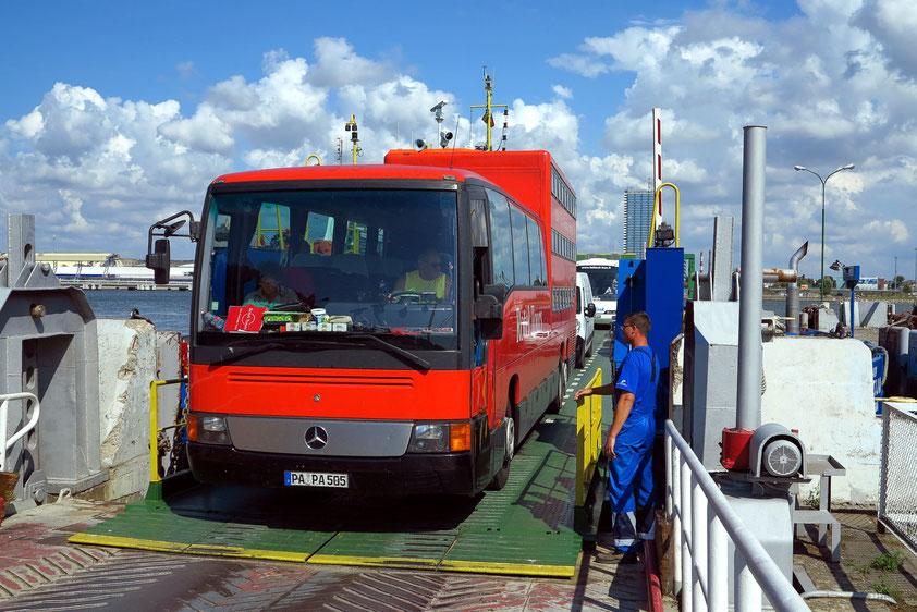 Mit dem Rotel-Bus über die Meerenge von Klaipeda zur Kurischen Nehrung