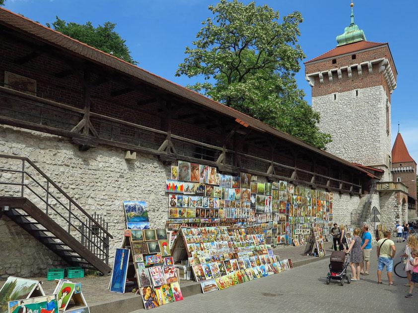 Stadtmauer mit Galerien von Künstlern in der Ul. Pijarska