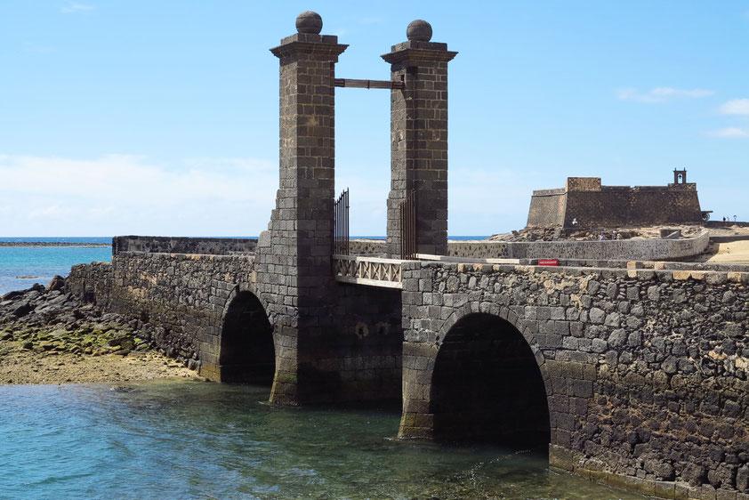 Über eine Zugbrücke erreicht man das Castillo de San Gabriel aus dem 16. Jahrhundert, heute archäologisches Museum