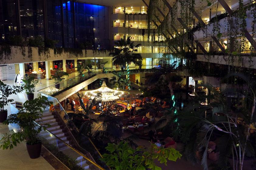 Jeden Abend verwandelt sich die Eingangshalle in eine stimmungsvolle Szenerie mit wechselnden Animationsprogrammen.