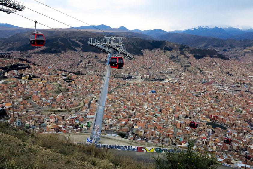 La Paz. Seit 2014 verbindet die höchste städtische Seilbahn der Welt die Regierungsstadt La Paz mit der Arbeiterstadt El Alto. 3.000 Passagiere kann die Bahn pro Stunde befördern.