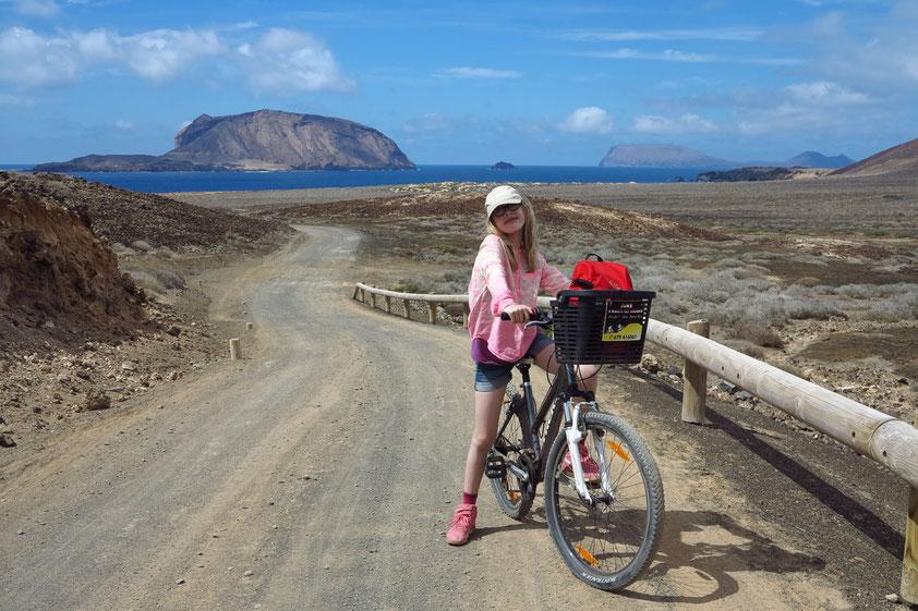 Asphaltierte Straßen gibt es nicht auf Graciosa. Mit dem Leihfahrrad oder dem allradangetriebenen Miettaxi lässt sich die Insel erkunden.