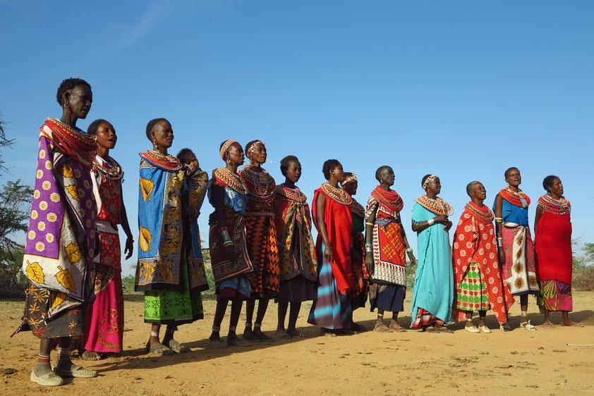 Die Samburo-Frauen empfangen uns Fremde mit Gesang und Tanz.
