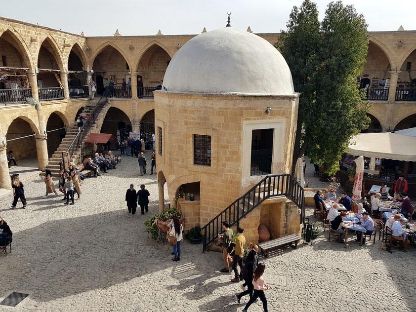 Innenhof der alten Karawanserei Büyük Han in Nikosia mit oktogonaler Kuppelmoschee in der Mitte, erbaut 1572, vermutlich ältestes türkisches Bauwerk auf Zypern