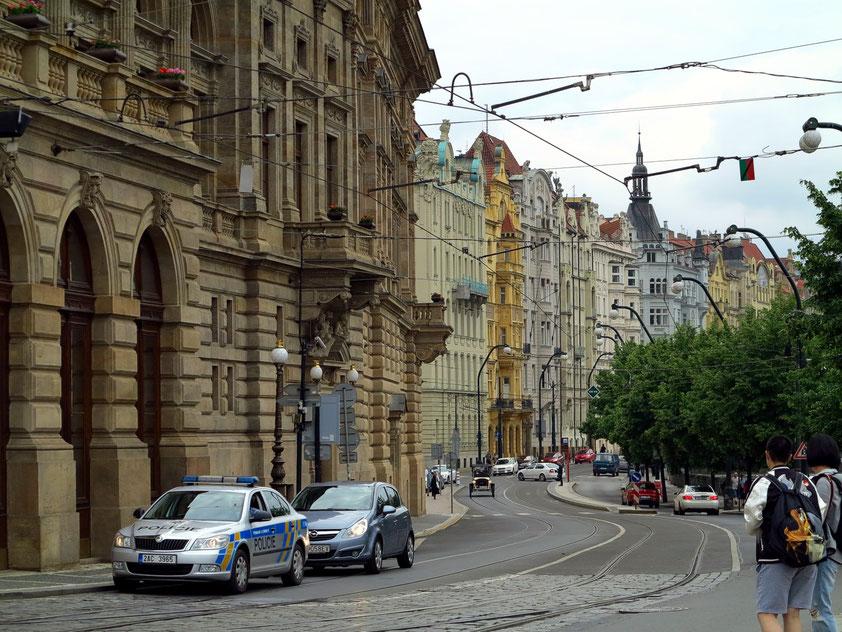Blick nach S in die Moldau-Uferstraße Masarykovo nabr., links das Nationaltheater