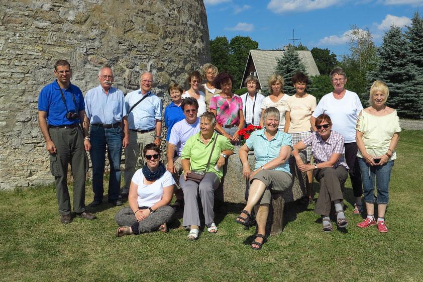 17 von insgesamt 21 Reiseteilnehmern an einer Getreidemühle in Estland. (Foto: S. Schröter)