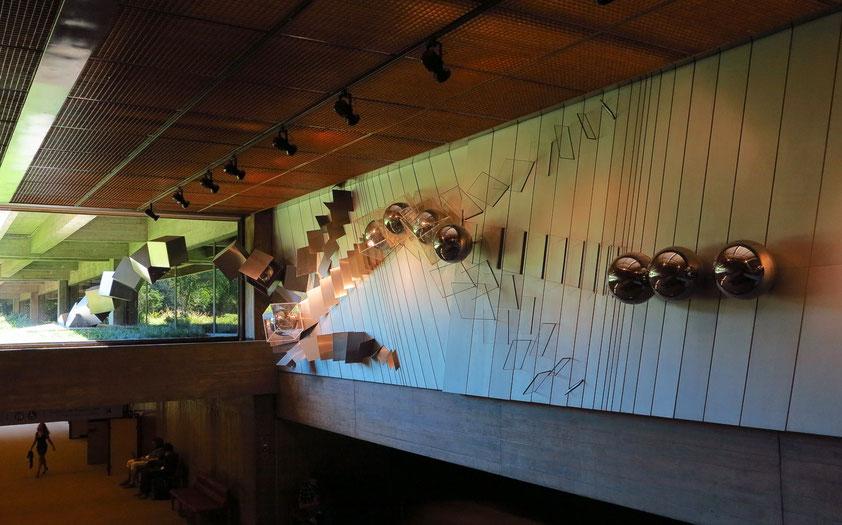 Fundação Calouste Gulbenkian, Eingangshalle: Wandskulptur von Artur Rosa, 1968/69 (Rostfreier Stahl, Aluminium, Plexiglas)