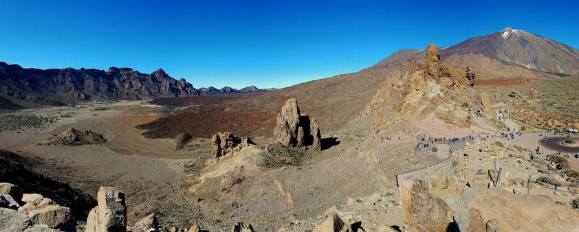 Panoramaaufnahme vom Mirador Llano de Ucanca in die Ucanca-Ebene mit den Randbergen der Caldera, zu den Roques de García und zum Pico del Teide