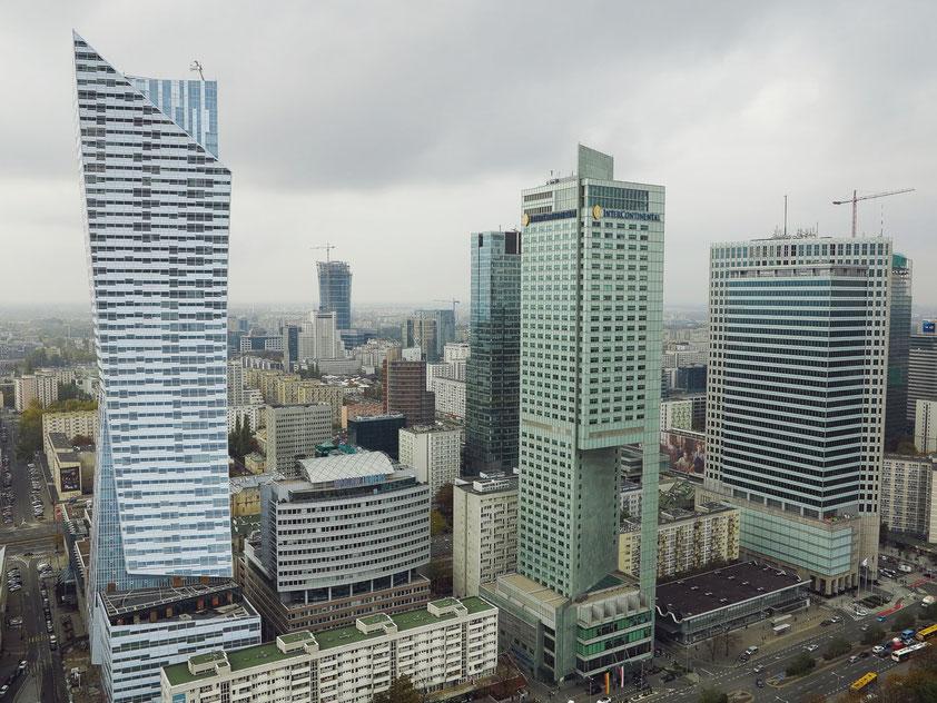 Blick vom Kulturpalast auf die moderne Skyline von Warschau, links der Wolkenkratzer Złota 44 (Architekt: Daniel Libeskind)