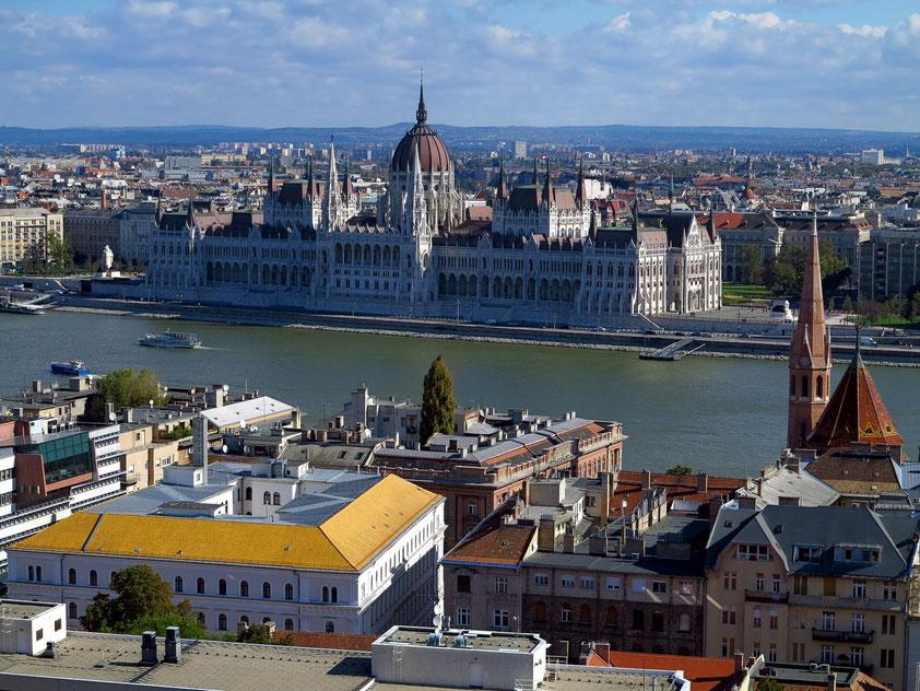 Blick von der Fischerbastei auf die Donau und das neogotische Parlamentsgebäude, entstanden 1885 bis 1904