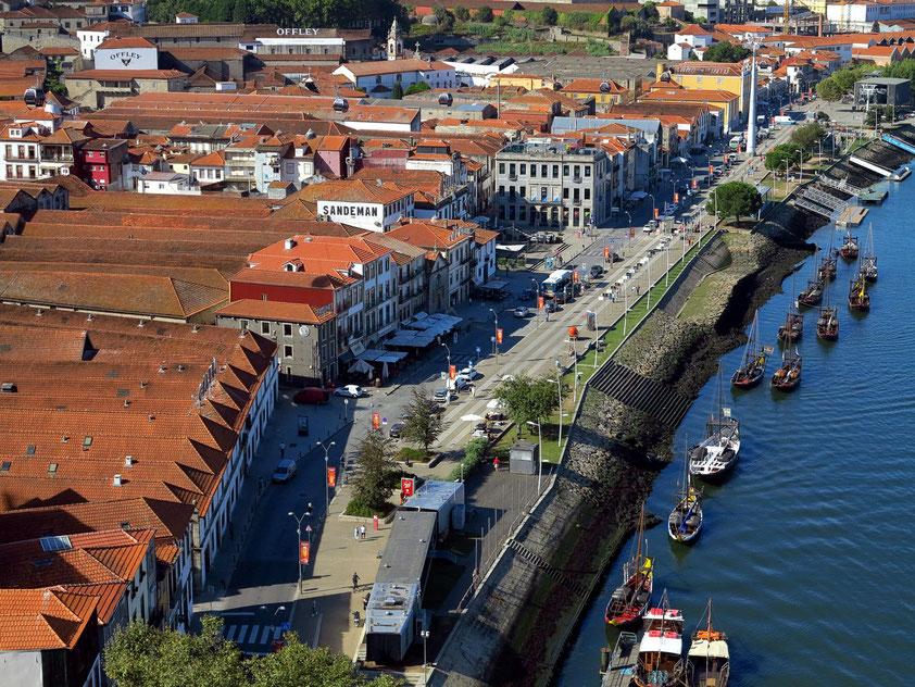 Blick von der Ponte Luís I auf Vila Nova de Gaia mit verschiedenen Portweinkellereien und Portweinschiffen (barcos rabelos)