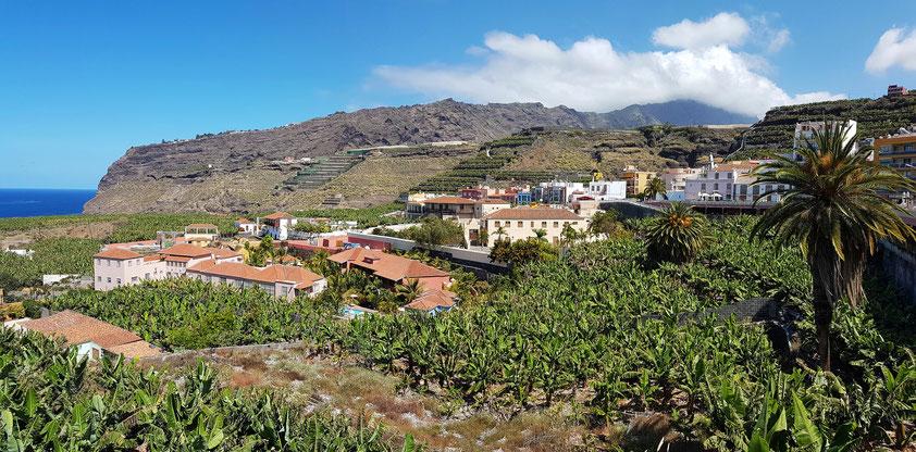 Panorama von Tazacorte mit Bananenplantagen. Links unten der Ortsteil El Charco