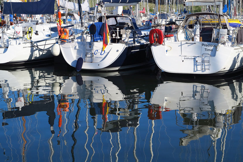 Spiegelungen im ruhigen Hafen