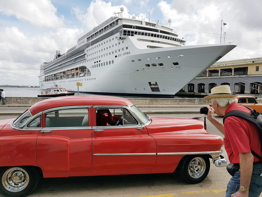 Bernd fotografiert zum letzten Mal einen amerikanischen Straßenkreuzer in Havanna. Im Hafen das Kreuzfahrtschiff MSC OPERA