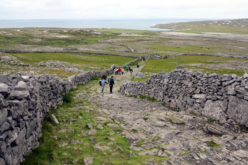 Fußweg vom Steinfort Dún Aonghasa hinab zum Eingang der Anlage (Besucherzentrum)