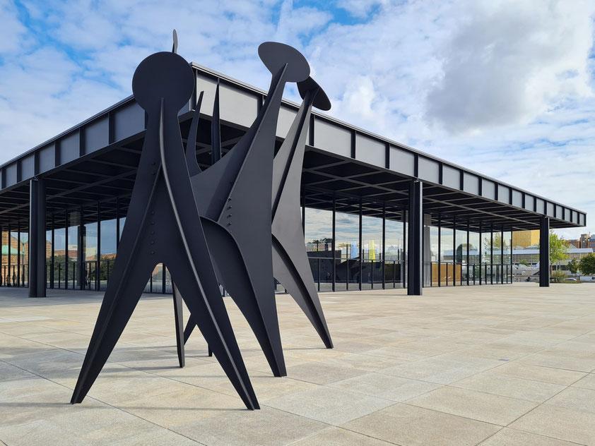 Berlin, Neue Nationalgalerie 2021 (Architekt: Ludwig Mies van der Rohe), mit Skulptur Têtes et Queue von Alexander Calder