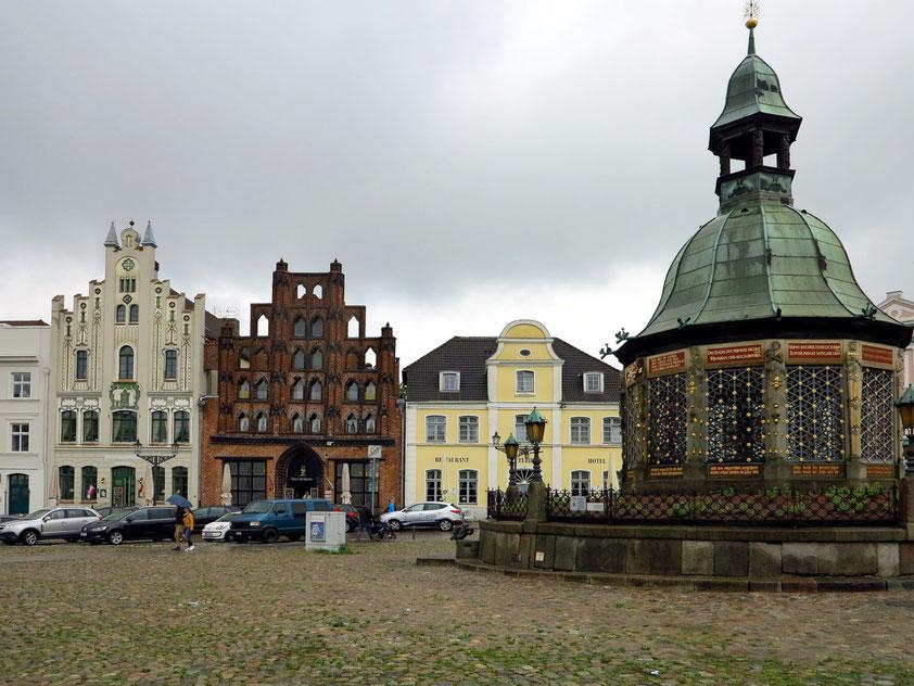 """Wismar, Wasserkunst Am Markt, Backsteinhaus Bürgerhaus """"Alter Schwede"""""""