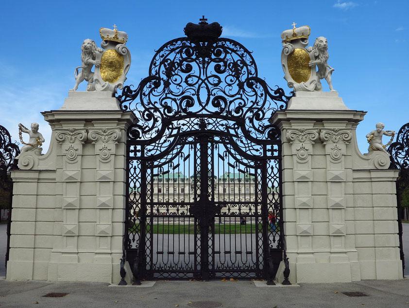 Schloss Belvedere, Haupttor zum Oberen Belvedere mit Löwen, die das Wappen des Prinzen von Savoyen tragen