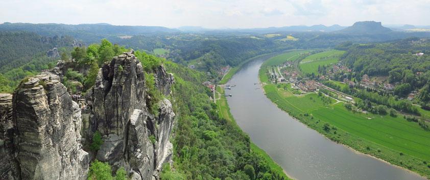 Panoramablick vom Bastei-Aussichtspunkt elbaufwärts nach Rathen, im Hintergrund rechts der Lilienstein