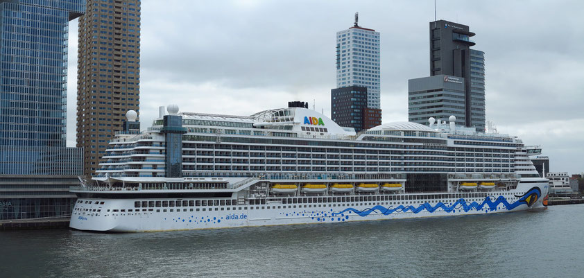 "Das Kreuzfahrtschiff ""AIDAPrima"" legt regelmäßig am Cruise Terminal in Rotterdam an."