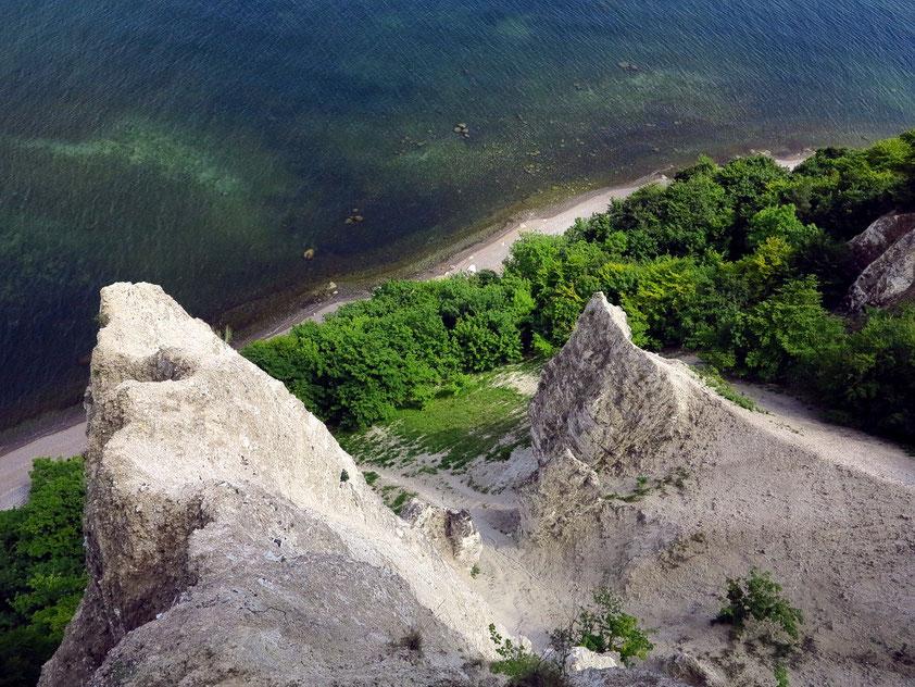 Blick von der Viktoriasicht hinab zum Meer auf die Kreidefelsen
