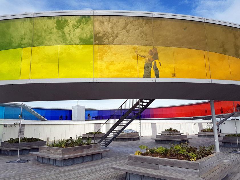 """Auf der Dachterrasse des ARoS befindet sich das begehbare """"Your rainbow panorama"""" von Ólafur Elíasson."""