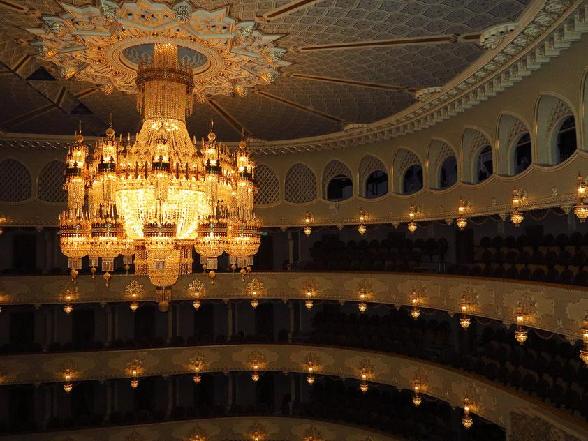 Staatliches Sacharia-Paliaschwili Theater für Oper und Ballett, Zuschauersaal mit Rängen und Kronleuchter