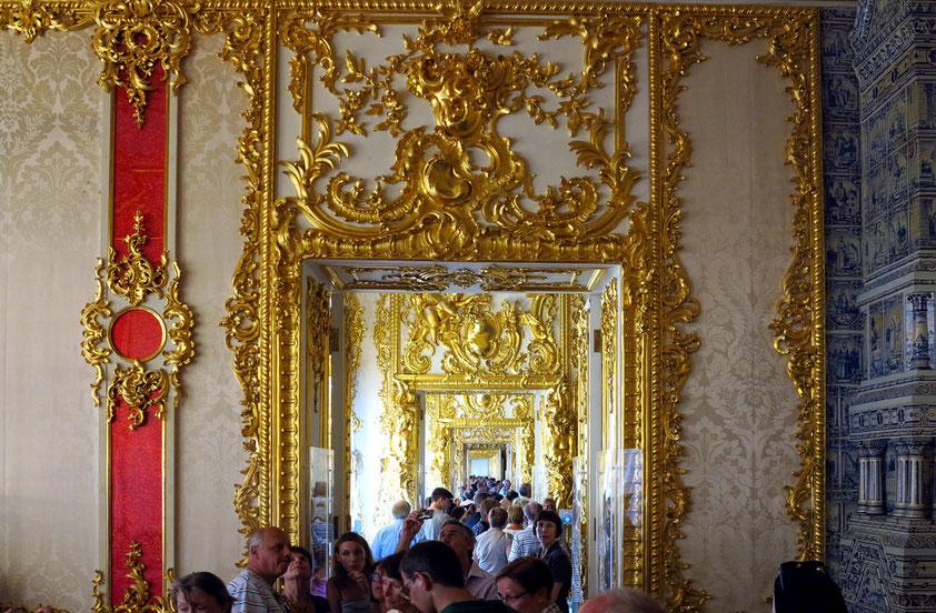 Die goldene Zimmerflucht des Architekten Rastrelli zeigt den Prunk der reichlich vergoldeten Räume, die folgenden klassizistischen Räume strahlen dagegen die Atmosphäre der Ruhe aus.